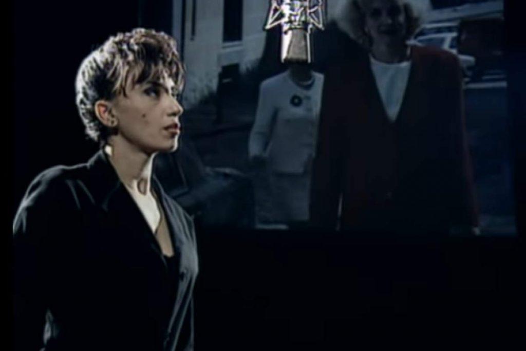 Luz Casal sings Piensa En Mi (1991)